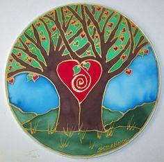 HECHO a pedido * este mandala seda muestra un árbol o dos dependiendo de su punto de vista que están separan pero se unen por el amor que crea la belleza. El amor es un hermoso árbol que más nos nutren, más se crece y da frutos con semillas; compartimos los frutos con los demás, siembran y hacen lo mismo, que es como el amor va. Pintado esta mandala en un 10 seda cubierta aro con seda y oro resiste a mano. Todos de mi obra de arte es creado con la intención de ayudar a aquellos que deciden…