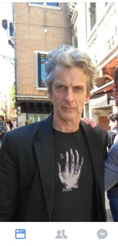 Peter Capaldi is in Venice, ladies and gentlemen ! He told the fan who ask for the picture that this is birthday present from Elaine (who shot this photo here)  He has been very kind (jumping on...