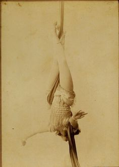 vintage everyday: 24 Haunting Photos of Vintage Circus May Give You a Nightmare Old Circus, Circus Acts, Dark Circus, Night Circus, Vintage Circus Photos, Images Vintage, Vintage Photographs, Aerial Acrobatics, Aerial Dance