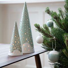 Julen kommer (meget) tidligt i år med den smukke Nobili serie fra Kähler! Skab en hyggelig julestemning med Kählers Nobili juletræ lysestager og dekorationskugler. Nu på webshoppen. (Leveringstid: Oktober 2015)