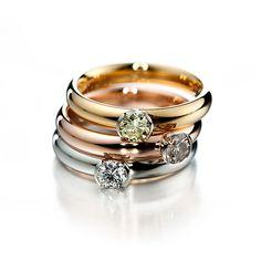 Kultaseppä Kulmala. Ylimmäinen sormus keltakultaa ja keltaisella luonnonvärisellä timantilla. Keskellä olevassa punakultaisessa sormuksessa ruskea timantti ja alimmainen platinasormus värittömällä timantilla. Timanttien koko 0.30 ka.