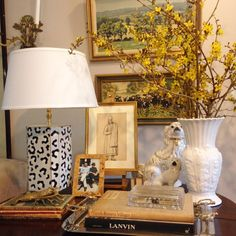 🌾💛 #rainraingoaway Interior Exterior, Interior Design, Decorating Coffee Tables, Table Arrangements, Classic House, Home Decor Inspiration, Style Inspiration, Traditional House, Home Accents