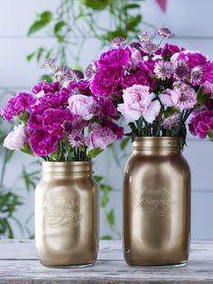 Wir hauchen alten Schraub- und Marmeladengläsern neues Leben ein und zaubern wunderschöne Vasen daraus! ZUR ANLEITUNG >>>