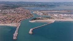 Port-la-Nouvelle (occitan La Novèla) est une commune française située dans le département de l'Aude et la région Languedoc-Roussillon. Ses habitants sont appelés les Nouvellois. Il s'agit d'une ville relativement jeune qui possède pourtant un certain dynamisme économique : elle sait concilier aspects industriels (au niveau de son port de commerce) et touristiques. Son atout majeur réside sans doute dans son climat méditerranéen et sa plage de sable d'environ 13 kilomètres de long. Languedoc Roussillon, France, Commerce, Outdoor, Middle Fingers, City, The Beach, Outdoors, Outdoor Games