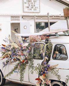 This beautiful picture made by @fakander  in Australia really reminded me myself coming back home from a flower market... . . Kiedy zobaczyłam to zdjęcie uchwycone przez @fakander w Australii od razu pomyślałam: a z hali mirowskiej wracam tak!  . Chwilę później zamarzyła mi się Australia kolejny już raz. Miętowy Volkswagen ogórek z deską surfingową na dachu na której słońce- zajmujące się hobbystycznie głaskaniem po brzuchu rozleniwionych lipcem kangurów- przetarło różową farbę zdrapaną…