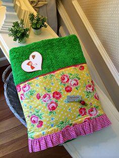 "Caperucita Roja: Toalla ""Caperucitaroja73"" Baby Essentials, Pot Holders, Duvet, Sewing Projects, Sewing Patterns, Towel, Cross Stitch, Basket, Cotton"