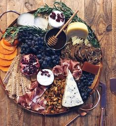 Dear Food Diary, I do not regret the 3 consecutive days of cheese for dinner last week. This holiday plate has @cowgirlcreamery's Winter Solstice collection featuring truffled Brie, Gouda and Carmody. I added sweet things like pomegranate seeds, persimmon, grapes and honey. Cocktail pairing : Aperol Sour from williams-sonoma.com, thanks to @libertyloungefelineoverlords