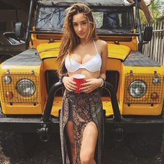 The car's the star - what else.Savannah Montano gets in the way of the lovely Land Rover Tata Motors, Auto Girls, Car Girls, Jeep Willys, Land Rover Defender, Vw Bus, 4x4, Landrover, Offroader