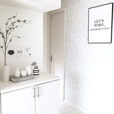 お客様をお迎えする「玄関」をとびきりお洒落にしてみませんか?センス抜群のインテリアをご紹介します。 Interior, Room, House, Home Decor, Hana, Space, Table, Flowers, Bedroom