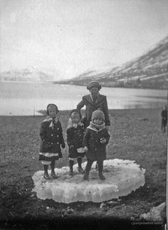 Sarpur - Barn, Drengur, Fjara, Ísjaki, Sjór, Stú... Ísafjörður Iceland