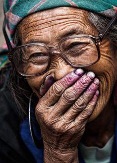 Fou rireInstant très drôle avec cette femme hmong. Elle a éclaté de rire en voyant la première photo que j'ai prise d'elle. La couleur sur ses mains provient de la teinture des vêtements qu'elle brodait et qui a déteint sur sa peau.