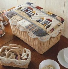 Un cesto con tapadera puede convertirse en una caja guarda tesoros Fabric Boxes, Fabric Storage, Japanese Patchwork, Sewing Projects For Kids, Sewing Box, Patch Quilt, Sewing Accessories, Soft Furnishings, Pin Cushions