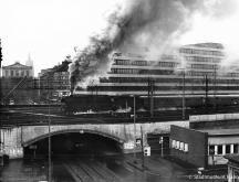 HANNOVER MITTE 70er Blick auf das Nordportal der Eisenbahnbrücke Königsstraße  weiter hinten das Opernhaus