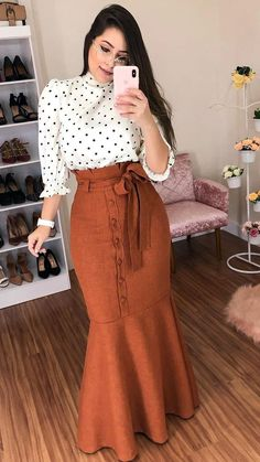 Cute polka dot shirt and long brown skirt Modest Fashion, Hijab Fashion, Fashion Outfits, Maxi Skirt Outfits, Dress Skirt, Vestido Dress, Dress Shoes, Shoes Heels, Classy Dress