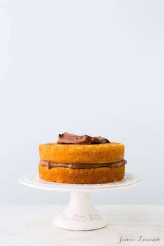 Baking tips and tricks for how to bake flat cakes and help cakes rise evenly in the oven Bake Flat Cakes, No Bake Cake, Baking Tips, Baking Recipes, Baking Hacks, Baking Science, Levain Bakery, Cake Pops How To Make, Baking Muffins