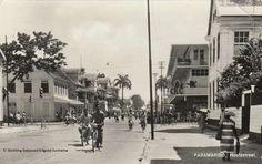 Steenbakkerijstr. hk Domineestr. ca. 1950. Kersten warenhuis op rechts. Nog zonder hotel Krasnapolsky op links.
