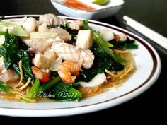 Menu makan malam hari ini...mie titi alias mie kering Makassar. Ciri khas mie ini adalah mie yang digunakan mie kecil. Ukurannya hampir sa... Makassar, Prawn Noodle Recipes, Japchae, Noodles, Food And Drink, Pasta, Chicken, Health, Ethnic Recipes