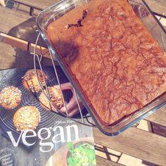Brownie aux noix vegan Vegetarian Day, Vegetarian Recipes, Vegan Desserts, Dessert Recipes, Dessert Healthy, Patisserie Vegan, Cake Factory, Vegan Cookbook, Marie Laforêt