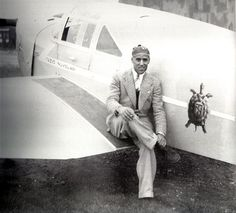 Tazio Nuvolari seduto sul suo aereo