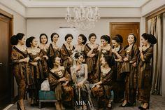 Saat akad, Ajeng mengenakan kebaya bludru hitam yang kental dengan suasana Jawa, sama seperti pakaian pernikahan orang tuanya dulu. Untuk resepsi, Ajeng mengenakan kebaya silver dengan Paes yang dipermanis dengan seragam sepupu-sepupunya yang menggunakan set beskap dan kebaya Kutubaru lengkap dengan aksesorisnya. Javanese Wedding, Event Styling, Dream Wedding, Culture, Instagram