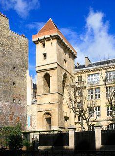 Tour Jean sans Peur 75, construite entre 1409 et 1411, elle constitue l'ultime témoignage de l'une des plus vastes demeures médiévales parisiennes, l'Hôtel de Bourgogne. Elle porte le nom de son commanditaire, régent du royaume de France sous le régne du roi Charles VI.