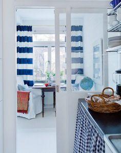 rideaux cuisine à rayures horizontales blanches et bleues