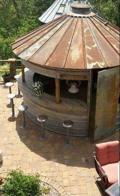 Projet déco : transformez un vieux silo à céréales en bar extérieur