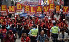 香港で、「奴隷扱いはやめろ」と書かれたプラカードを掲げ、政府庁舎に向けて行進する移民労働者たち(2014年5月1日撮影)。(c)AFP/ANTHONY WALLACE ▼1May2014AFP|メーデー、ウクライナでも行進 トルコでは衝突も http://www.afpbb.com/articles/-/3014017 #May_Day #Hongkong #Hong_Kong