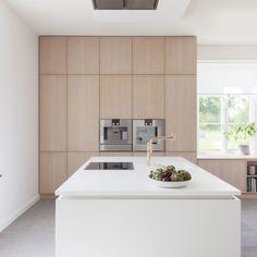 Wooden wall of cupboards and massive white kitchen island Kitchen Dinning, Home Decor Kitchen, Kitchen Interior, New Kitchen, Beautiful Kitchens, Cool Kitchens, Brooklyn Kitchen, Minimal Kitchen, Minimalistic Kitchen