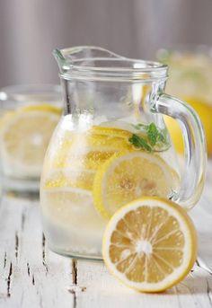 bere acqua e limone a digiuno al mattino a colazione
