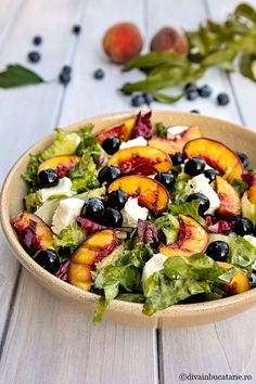 Salad with grilled peaches Rice Recipes, Pork Recipes, Grain Salad, Grilled Peaches, Salad Sandwich, Wrap Sandwiches, Soups And Stews, Summer Recipes, Vegetable Pizza