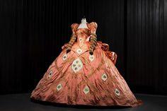 【画像 3/7】石岡瑛子の遺作「白雪姫と鏡の女王」の衣装展が開催 | Fashionsnap.com