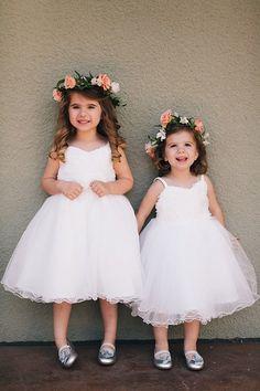 Esta pareja de pajecitas lucen una combinación perfecta de vestido tipo tutú con corona de flores naturales. ¡Un gran estilo! #Pajes #Decoración #Boda