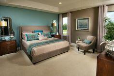 deco-murale-bleu-canard-et-marron-lit-et-canape-gris-meuble-en-bois-miroir-idee-deco-chambre-moquet-beige