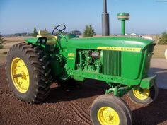 Check out these 11 amazing pictures of the John Deere 4020 tractor. Manufactured from 1964 - the 4020 is a legendary piece of machinery. Old John Deere Tractors, Jd Tractors, Gas Rc Boats, John Deere 2010, Agriculture Machine, Tractor Pictures, John Deere Equipment, Classic Car Restoration, Tractor Pulling