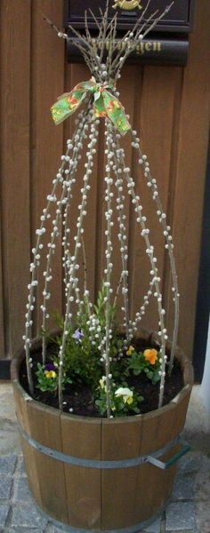 Spring is coming: great flower decoration for outdoors. - Flower ideas - Spring is coming: great flower decoration for outdoors. Decoration Entree, Diy Ostern, Flower Pots, Flowers, Flower Ideas, Deco Floral, Spring Is Coming, Holidays And Events, Easter Crafts