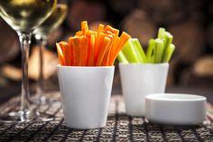 Quem disse que a hora do Happy não pode ser light?   Cenouras e pepinos cortados em palitos para comer com molho de maionese.
