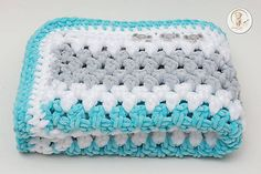 Háčkovaná detská deka, farby: svetlá tyrkysová, svetlá sivá, biela; rozmer 60x80cm. Detská deka je vyrobená z mäkučkej a hrejivej vlny, ktorá je vhodná pre najmenšie detičky a bábätká. Môžt...
