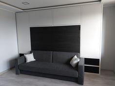 Łóżko w szafie chowane poziomo, czy pionowo? Każde z nich ma swoje zalety. Które wybrać? Bed Wall, Makita, Love Seat, Couch, Furniture, Home Decor, Living Room, Settee, Decoration Home