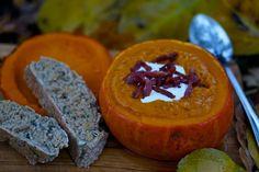 Fem skønne efterårsopskrifter med græskar: Græskarsuppe serveret i græskar