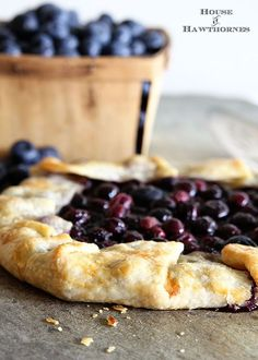 A 30 minute Blueberry Crostata Recipe. Also known as galette, rustic pie or rustic tart, it is perfect for new bakers You can't go wrong… Mini Desserts, Blueberry Desserts, Just Desserts, Delicious Desserts, Gourmet Desserts, Oreo Dessert, Bon Dessert, Tart Recipes, Dessert Recipes