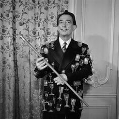 """Salvador Dali portant son """"veston aphrodisiaque"""" cousu de verres lors d'une interview pour le journal télévisé Date : 11/05/1964 Crédits : Allemane, Bernard / INA"""