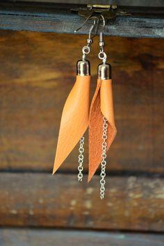 Boucles d'oreilles cuir orange asymétriques chaîne argentée / Les Géométriques