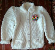 Chaqueta que hice para mi Princesa y nieta, hecha a punto arroz doble, el broche lo hice con lazos de colores, haciendo juego con los botones.