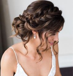 Penteado com topete: 75 ideias certeiras para qualquer ocasião + tutoriais Hairs with curls look sensual. People who have soft hair curls can be done but people who have natural curls … Quince Hairstyles, Easy Hairstyles For Medium Hair, Bride Hairstyles, Hairstyle Ideas, Pretty Hairstyles, School Hairstyles, Hairstyles For Long Hair Wedding, Easy Bun Hairstyles For Long Hair, Side Bun Hairstyles