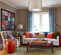 ECLÉTICO - 1) sofá e luminárias minimalista e retrô - 2) poltrona com estampa étnica - 3) mesa de centro clássica. 4) artesanal: toalha, 'barril de couro'.