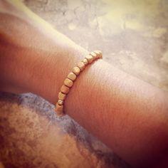 Pulseira Madeirinha R$ 10,00.  A pulseira é de fio de silicone, assim cabe em todos os tipos de braços. Entregamos para todo Brasil (PAC ou Sedex). Contato: lufbijoux@gmail.com