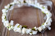 Corona de flores secas y calas de foam con organza marfil