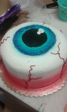 Halloween party cake looking like a big eyeball. Fun cake for a Halloween birthday party. Bolo Halloween, Postres Halloween, Dessert Halloween, Halloween Cupcakes, Halloween Cake Decorations, Easy Halloween Cakes, Halloween Birthday Cakes, Classy Halloween, Halloween Eyeballs