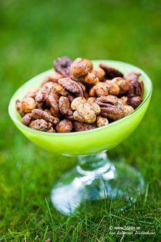 Lite kryddiga sncksnötter är enkelt att göra själv! De man köper i butik är ofta fulla av skräp, eller vad sägs om detta: Cashewnötter, BBQ-mix (socker, salt, laktos, jästextrakt, aromer (innehåller vete, mjölk, svaveldioxid och nötkött), kryddor, klumpförebyggande medel: kiseldioxid), jordnötsolja. Man kan i princip välja de favoritkryddor man vill ha! Kanel, ingefära och kardemumma […]